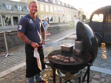 Micke är kock i grunden och hans hemiga recept på hamburgarna är sagolikt.