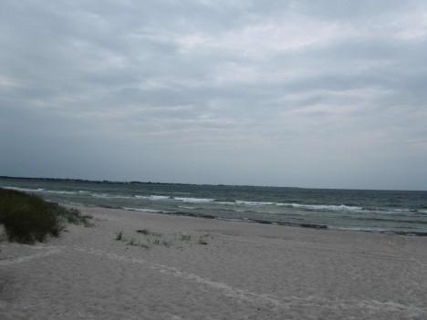 Trots det tråkiga vädret gick vi ner och tittade på den vackra stranden. Tänk när solen skiner och ligga här och sola och hoppa i vågorna.