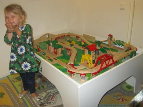 Liv skrattade när jag berättade att tågbannan på småbarnsavdelningen var Mios gamla som han hade när han var två, tre år.