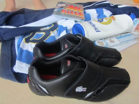 Han fick ett par Lacoste-skor, kläder, pennskrin och skrivbordsunderlägg med Real Madrid (kanske gör det roligare att göra läxan i höst), spel och annat som han önskat sig.