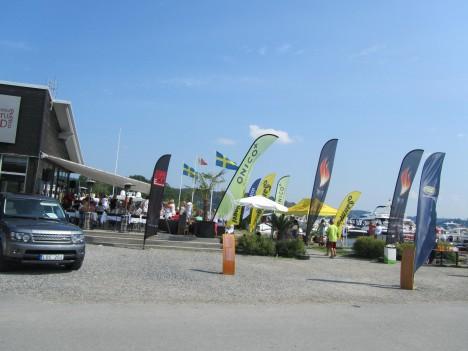 Det var ett båtrece-event ute på Ekerö så det var fullt av båtar och folk som dansade på borden och var smått galna :-) Det var lite för mycket för oss så jag.