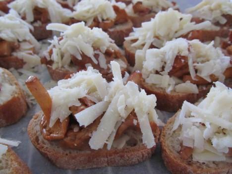 Stekta kantareller på skivad baguette med smör och toppad med riven parmesan.