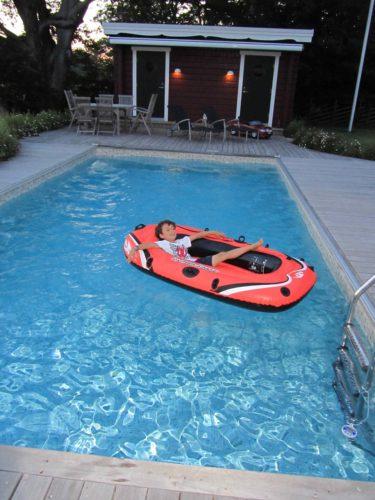 Så typiskt Mio! Hittade honom med kläderna i båten i poolen.