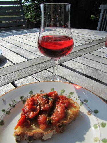 Urban bjöd på en bruschetta och ett kallt glas rose i solen.