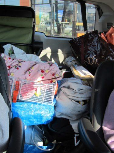 Familjen Taikon på väg. Liv och Mio har varsin stol sen har vi fält ner baksätet och fyllt med IKEA-påsar, väskor, hamsterbur, vagn och annat skräp. vad är det för fel på oss?! Hur sjutton ska William få plats när vi ska fara hem :-) .