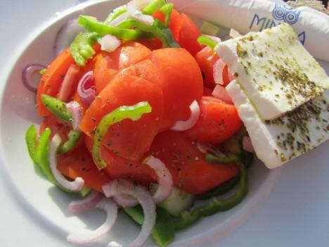 På stranden beställde jag en grekosksallad. så gott, bara man plockar bort den gröna paprikan. Finns det någon som gillar grön paprika? Blä!