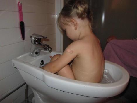 Liv tar sig ett bad i bidén.