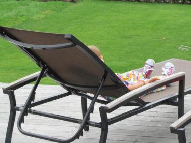 Hon låg ute i en solstol och funderade.