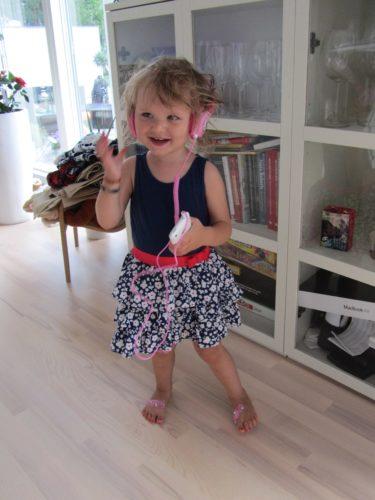 Köpte hörlurar till Liv idag. Hon älskar musik och dansar hellre än går, gärna i en klänning om hon själv får välja.