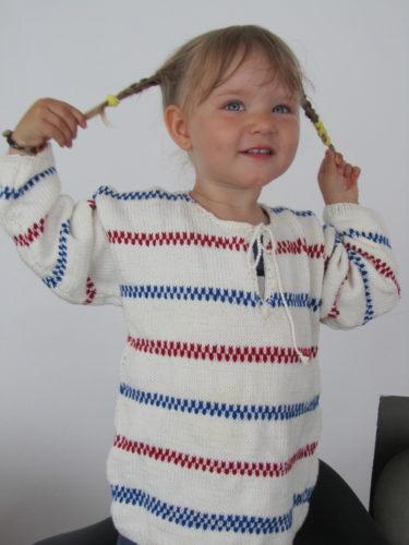 ... tjola hopp tjola hej tjola hoppsansa! Det sjunger hon hela dagarna och gärna med sin nya Pippi-tröja som hennes farmor har stickat till henne.