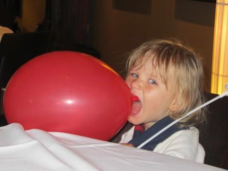 Liv ville hellre bita på sin ballong än att äta köttbullar.