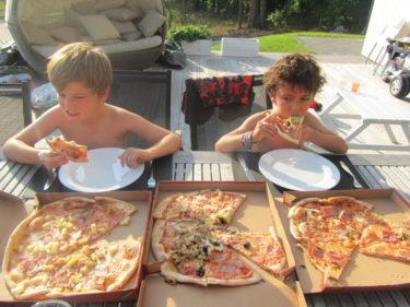 Köpte med oss pizza hem. Peter och Liv blev extra glada av det :-) De hade varit hemma och påtat i trädgården.