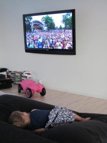 Efter munk, kvälssmat och välling drog Livan fram en puff och lade sig framför tv:n och Allsång på Skansen. Tror hon väntar på Eric Saade.