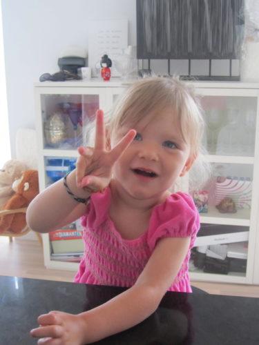Liv visar att hon är två år.