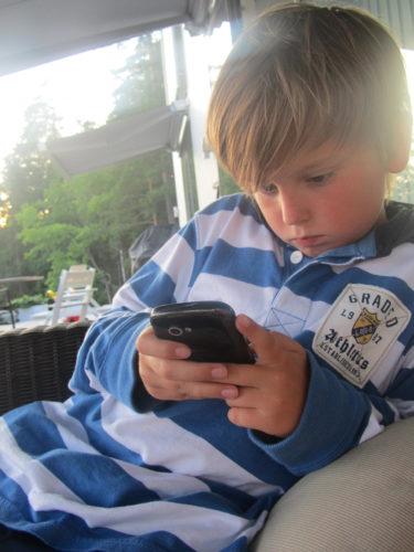 Barnen satt vid mig. William bredvd mig med sin mobil i högsta hugg...