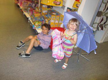 Mio och Liv fick varsin present. Liv valde ett paraply, som hon sedan dess vägrat släppa :-) Jag hittade en mini-parfym från nostagi- Salvador Dali. Kommer dofta som jag gjorde i mina ungdomsdar :-) .