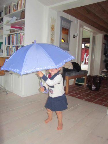Det har varit så regnigt att Liv för säkerhetens skull har sitt paraply uppfällt även inomhus.