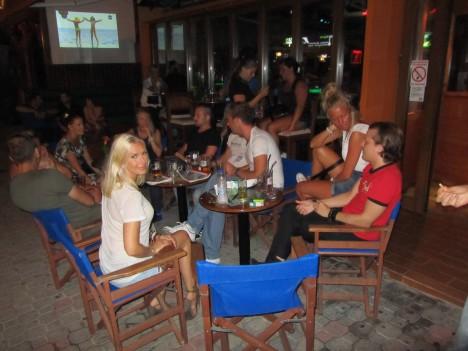 jag och peter satte oss på en bar och titade på folk. helt plötsligt dök det upp ett gäng som jag känner från Kungsängen. Slutade med karaoke och flams.
