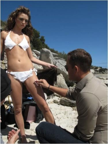Här fixar Jonas det perfekta shimmret på modellens kropp.
