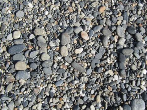 Ser du vad det står i sten? Vår strand är stenig och havsbotten är långt från finkornig sand.