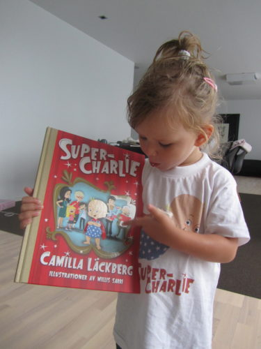 Livan har en Super-Charlie bok och T-shirt och är inte lite mallig över att hon faktiskt känner Super-Charlie på riktigt.