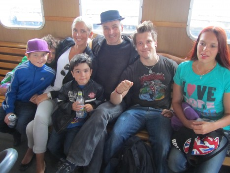 Vi tog Djurgårdsfärjan från Slussen över till Grönan. William, Mio, Jag, lillebror Leon, pappa, kusin Stefan och pappas fru Marie.