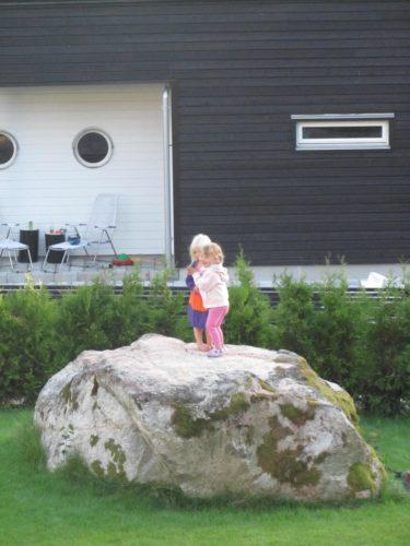 Liv och emilia dansar på stenen i vår trädgård. Barnan älskar den stenen.