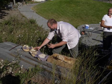 Ronny som är gatans chokladmästare och bagare fixade med egenbakade brödet.