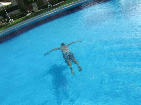 Har en man som spenderar mer tid under än över vattnet.