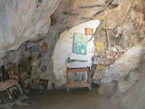 I ett litet rum i grottan fanns det fult av tavlor och bilder.