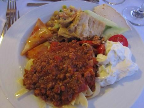 På dagrna äter vi bara grekisksallad och mängder med tzaziki men på kvällarna blir det buffé...