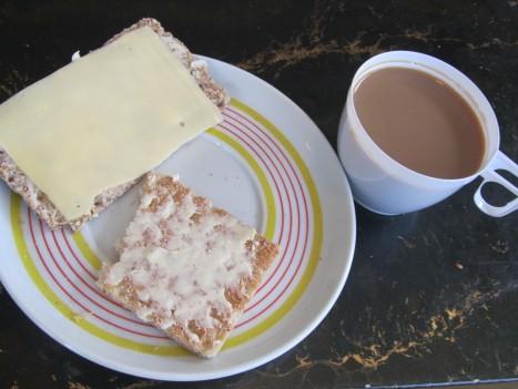 Ska slänga i mig min frukost nu. Så här ser nog även frukostbrickan ut på ett fängelse i Vitryssland.