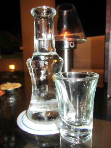 vår servitör bjöd oss på raki igårkväll. Fy bubblan vad illa det smaka men jag drack det ändå för att känna mig som en riktig grek :-) .