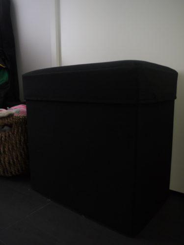 Köpte tre sittpallar på Granit. De är i svart tyg och går att vika ihop så de blir helt platta. Lyfter man på sittdynan så har man förvaring. Har tre stycken längs med väggen och i dem ligger fotbollsskor, benskydd och i vinter barnens alla mössor och vantar.