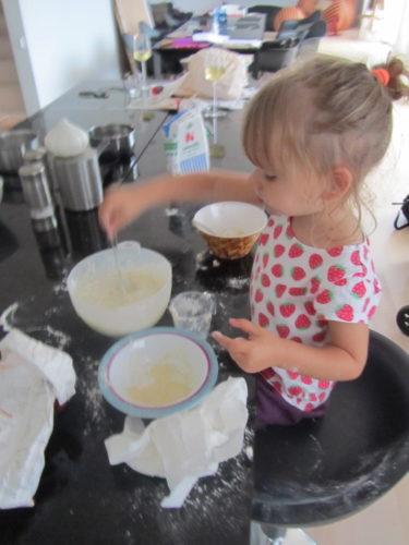 Hon blandade ägg, mjöl, mjölk, salt, peppar, allt hon kunde hitta.