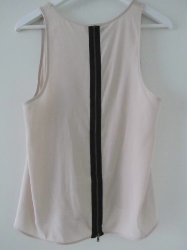Dragkedjan i ryggen är en snygg detalj och gör det löst sittande linnet lite mer än bara ett linne.