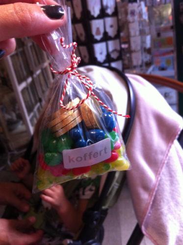 Tog också en sväng in på tokmysiga butiken Koffert. Livan fick sig en liten påse godis som hon själv valde ur deras stora glasburkar fulla med godis.