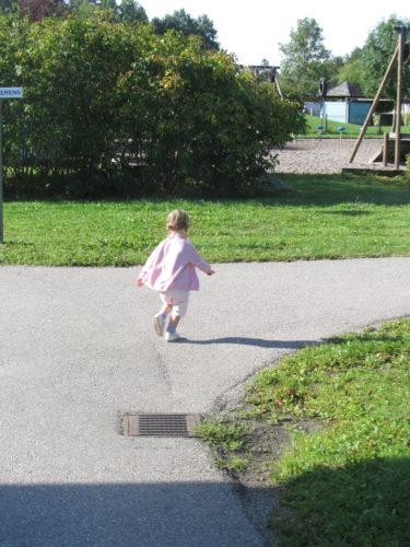 När hon kom fram till gården sprang hon mot Maggan och kastade sig i hennes famn och skrattade.