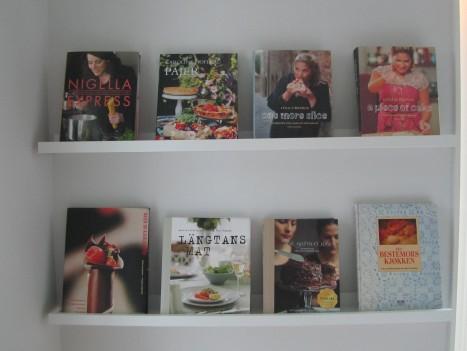 Tone har jättefint hemma. Gillar hennes kök där hon har kokböcker som tavlor. Snyggt ha dem så istället för travade på varandra i ett skåp som jag har.