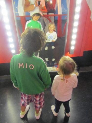 Mio och Livis i skrattkammaren.