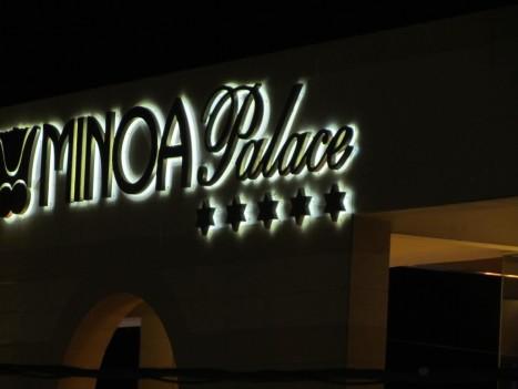 Minoa Palace heter hotellet vi bodde på. jag rekommenderar det om man vill ha lite xtra lyx, lugn och en strand som inte för tankarna och känslan till packade sardinburkar. Vi bokade genom DESTLY.COM: