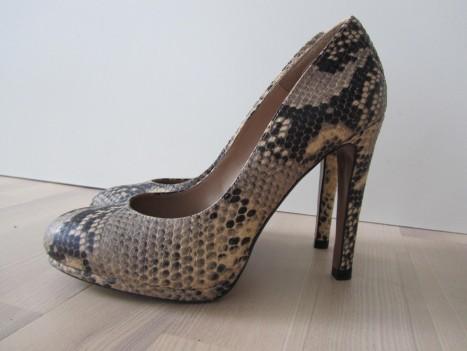 Pumps i ormskinns-imitation från Zara blev kvällens skor.