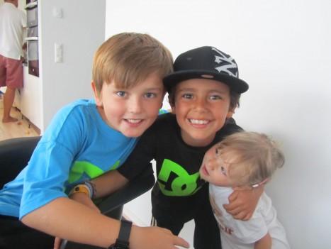 Tre älsklingar. Liv ville bara titta på pojkarna istället för i kameran.