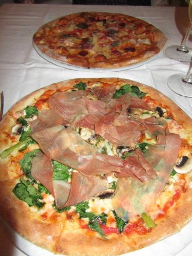 Vi åt världens godaste pizza sista kvällen. Efter all grekisksallad och tzatziki behövde vi det.