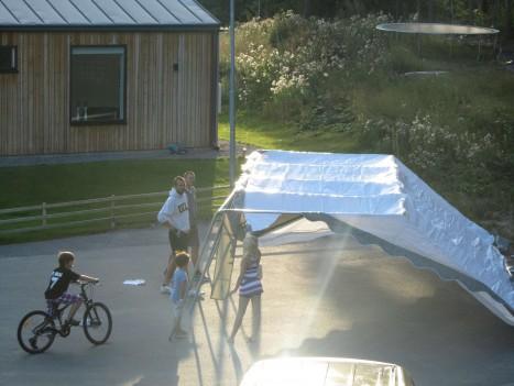 Bygget av tältet till dagen kräftskiva.