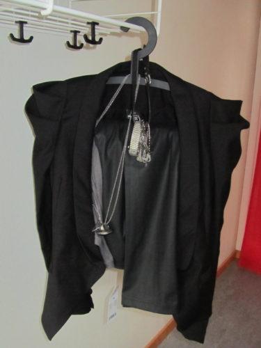 Mina kläder inför ett av kvällens nummer. En snygg svart kavaj från Mr. Denim, fejk-skinnbyxor och coola smycken.