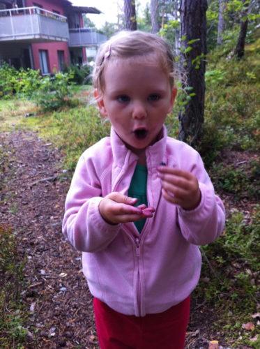 Liv åt blåbär så hon var helt blå i munnen, ansikte, händerna och på kläderna.