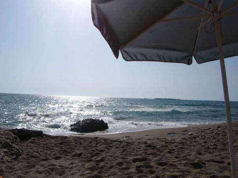 Här har jag legat hela dagen spanat ut över havet under mitt parasoll och läst en av mina böcker.