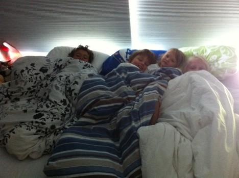 Här hemma har det varit pyjamasparty. Grannflickan Lollo har sovit över här. Alla tre ville sova på den uppblåsbara madrassen. De låg på tvärs över den så fötterna hängde över kanten för att de skulle kunna sova bredvid varandra. Gulligt!