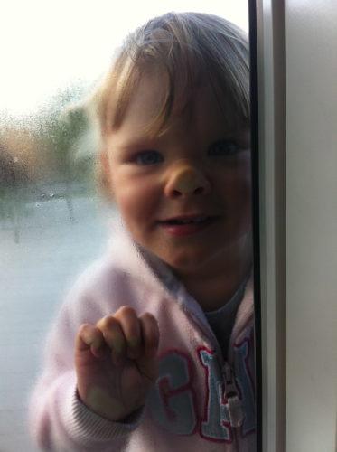 Liv står och trycker utanför fönstert och väntar på att vi ska gå.